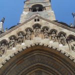 apostolok egy templom kapujában