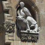 sárkánylovas? mészkő faragás egy templom homlokzatán